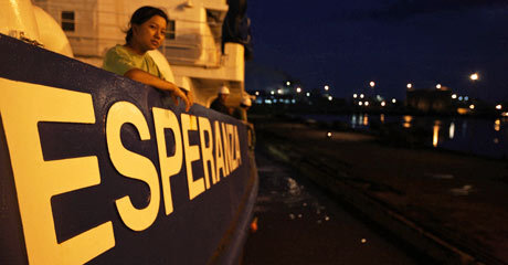 Watching the dock as the Esperanza moves in for the blockade © Greenpeace/Novis