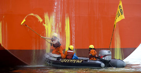 Defying the water hoses © Greenpeace/Rante