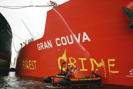Painting the Gran Couva, loaded with palm oil from Wilmar © Greenpeace/Novis