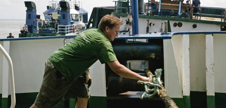 Cutting the mooring lines © Greenpeace/Novis