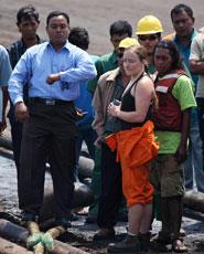 Standing on the mooring line © Greenpeace/Novis
