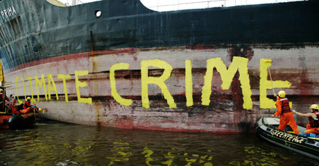 Putting the finishing touches to the Victory Prima © Greenpeace/Novis
